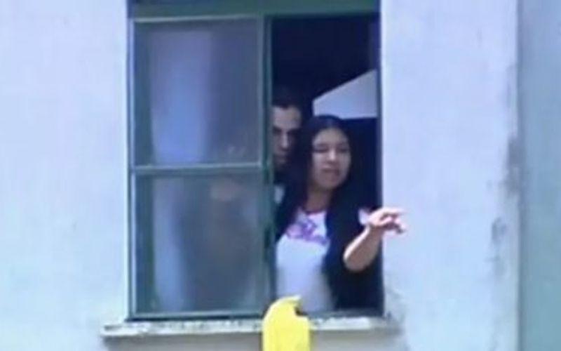 Lindemberg e Eloá na janela do apartamento em que a jovem foi mantida refém.