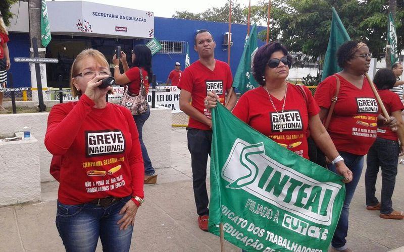 Membros do Sinteal realizam manifestação