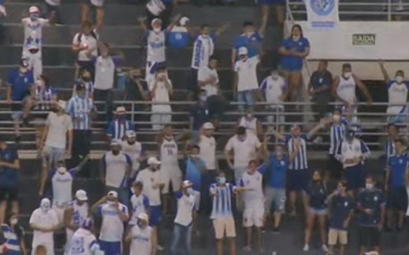 Torcedores do CSA voltam ao estádio após liberação  do governo para eventos esportivos.