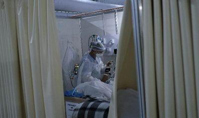 Profissional de Saúde trata paciente internado com Covid-19