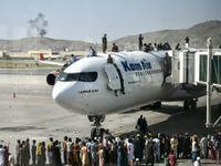 Multidão invadindo aeroporto de Cabul na tentativa de fugir do Talibã em 16/08/2021