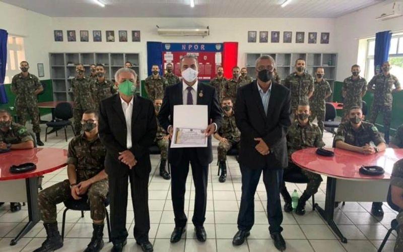 Joâo Dirceu exibe certificado de sua presença como palestrante no Quartel do Exército Brasileiro em Maceió
