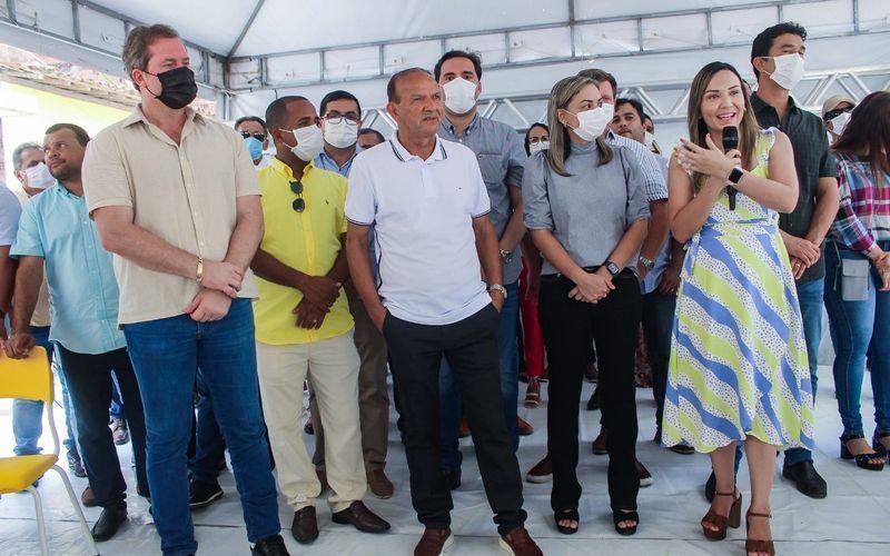 Prefeita Fernanda discursa enaltecendo apoio de seu pai, Cícero Cavalcante e o conjunto de parcerias