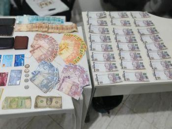 Com os três homens, além de mercadorias diversas, foram encontradas 24 notas falsas de R$ 200.
