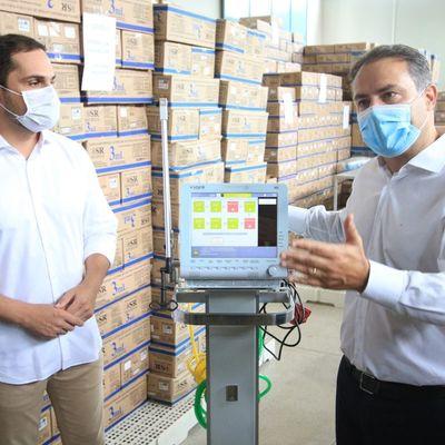 Renan Filho e Alexandre Ayres visitaram o estoque de seringas e agulhas nesta quarta-feira (13)