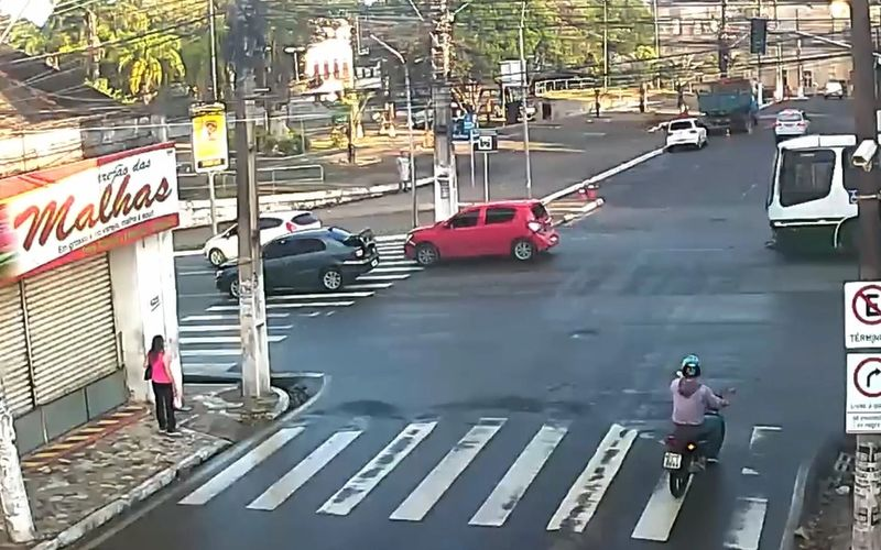 Câmeras de videomonitoramento da SMTT flagram o momento do acidente.