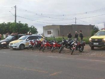 Polícia flagra racha entre motociclistas e apreende adolescentes durante perseguição