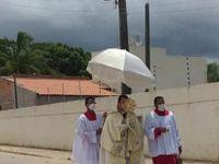 Padre passa com ostensório nas ruas de Arapiraca