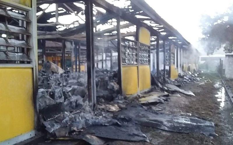 Incêndio destruiu por completo escola municipal de Matriz na madrugada do dia 1º de maio passado. Prefeitura vai reconstruir, cuja ordem de serviço já foi assinada