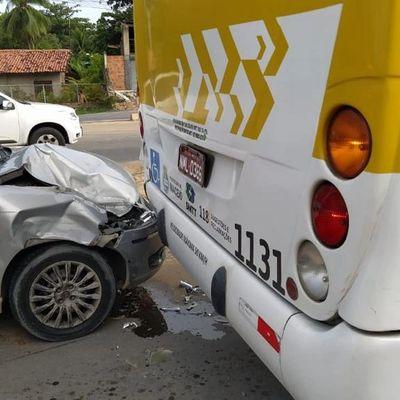 Três homens e uma mulher estavam no carro que colidiu com outro veículo e na traseira de um ônibus