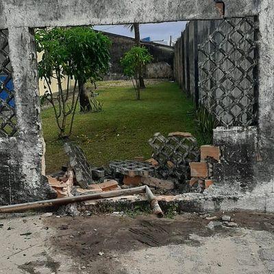 Muro após colisão na sede do Sindjornal, em Maceió