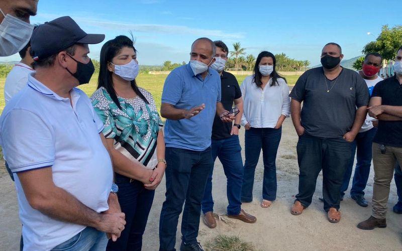 Prefeito Jarbas junto com sua equipe de governo  detalhando os serviços de topografia com integrantes da empresa encarregada de executar os trabalhos