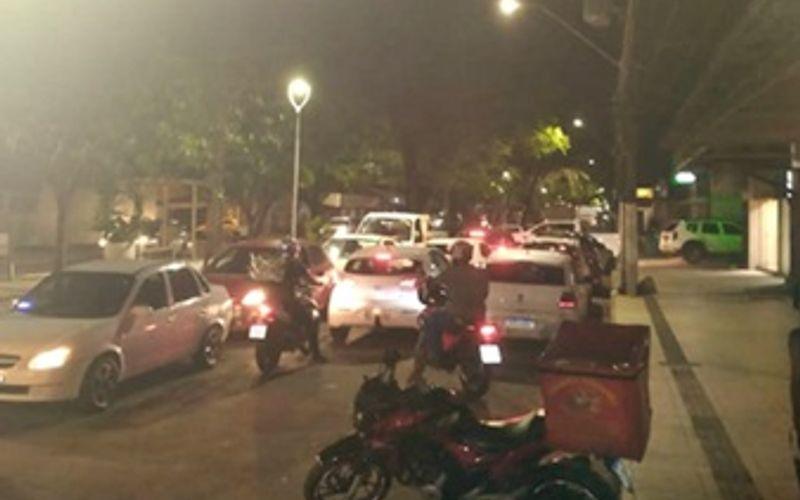 Congestionamento se formou na região após passageiros bloquearem via, na Jatiúca, para protestar.