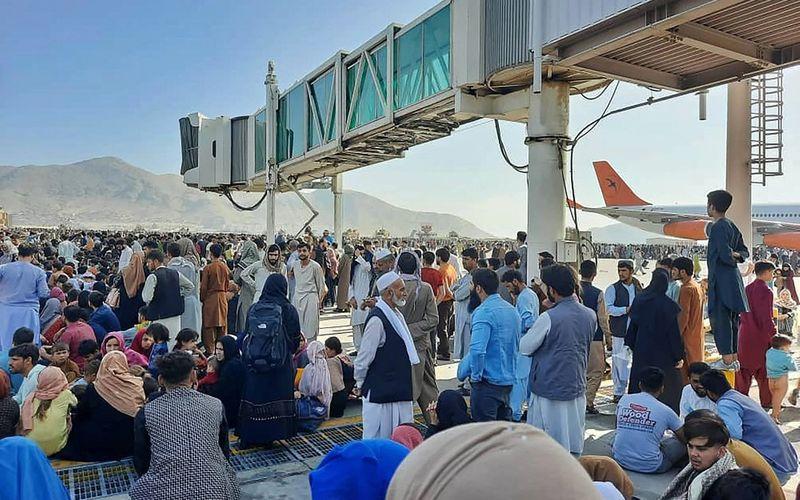 Afegãos tentam fugir do país