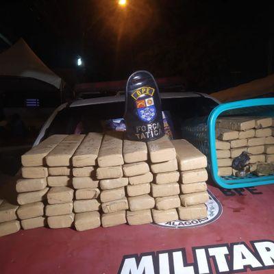 Polícia apreendeu 70 tabletes pesando 1kg de maconha cada um.