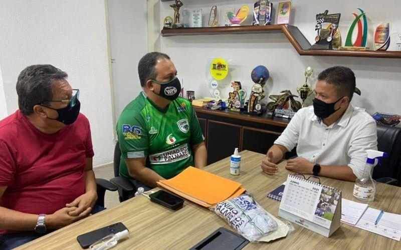 presidente do clube Luciano  Peixoto (camisa vermelha) Wellython Martins (centro) durante reunião com  o secretário de Esportes de Alagoas Charles Hebert, tido como parceiro desse projeto do Zumbi retornar ao Alagoano da Primeira Divisão