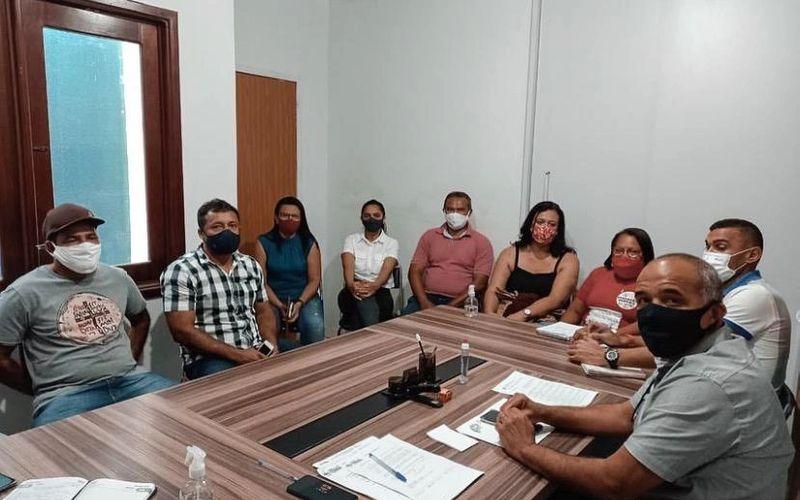 Jarbas Ricardo (primeiro de márcara preta) comandou reunião com sindicalistas da Educação