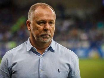 Mano Menezes assume o trabalho após quatro meses sem clube. O último trabalho do brasileiro foi comandando o Bahia