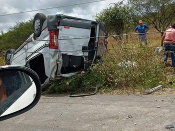 Van que transportava passageiros tombou na AL 220, entre os municípios de São José da Tapera e Senador Rui Palmeira, Sertão de Alagoas.