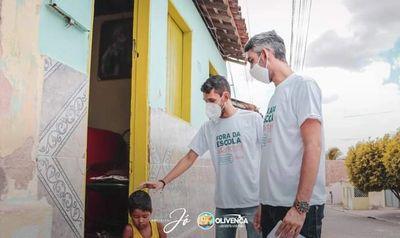 Prefeito Jó Dionísio ao lado do secretário de educação Jocival Dionísio, durante visita a alunos no  município de Olivença